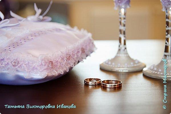 Здравствуйте, жители СТРАНЫ МАСТЕРОВ! В апреле месяце 2014 года моя старшая дочь вышла замуж. Как вы понимаете подготовка к  свадьбе очень хлопотное дело. Мне конечно пришлось потрудиться. Только в хлопотах и заботах забыла фоткать свои рукоделия. Тут просматривала свадебные фотографии и поняла, что не всё потеряно, фотограф оказался предусмотрительным. Правда не всё, но частью могу вам похвастаться. Подушечка для колец. Правда видна не вся..