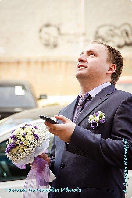 Здравствуйте, жители СТРАНЫ МАСТЕРОВ! В апреле месяце 2014 года моя старшая дочь вышла замуж. Как вы понимаете подготовка к  свадьбе очень хлопотное дело. Мне конечно пришлось потрудиться. Только в хлопотах и заботах забыла фоткать свои рукоделия. Тут просматривала свадебные фотографии и поняла, что не всё потеряно, фотограф оказался предусмотрительным. Правда не всё, но частью могу вам похвастаться. Подушечка для колец. Правда видна не вся.. фото 7