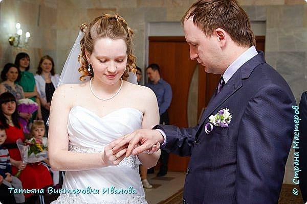 Здравствуйте, жители СТРАНЫ МАСТЕРОВ! В апреле месяце 2014 года моя старшая дочь вышла замуж. Как вы понимаете подготовка к  свадьбе очень хлопотное дело. Мне конечно пришлось потрудиться. Только в хлопотах и заботах забыла фоткать свои рукоделия. Тут просматривала свадебные фотографии и поняла, что не всё потеряно, фотограф оказался предусмотрительным. Правда не всё, но частью могу вам похвастаться. Подушечка для колец. Правда видна не вся.. фото 8