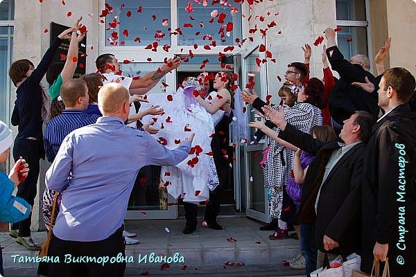 Здравствуйте, жители СТРАНЫ МАСТЕРОВ! В апреле месяце 2014 года моя старшая дочь вышла замуж. Как вы понимаете подготовка к  свадьбе очень хлопотное дело. Мне конечно пришлось потрудиться. Только в хлопотах и заботах забыла фоткать свои рукоделия. Тут просматривала свадебные фотографии и поняла, что не всё потеряно, фотограф оказался предусмотрительным. Правда не всё, но частью могу вам похвастаться. Подушечка для колец. Правда видна не вся.. фото 9
