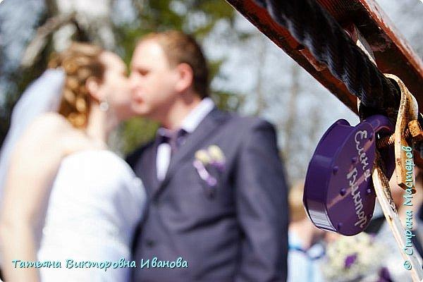 Здравствуйте, жители СТРАНЫ МАСТЕРОВ! В апреле месяце 2014 года моя старшая дочь вышла замуж. Как вы понимаете подготовка к  свадьбе очень хлопотное дело. Мне конечно пришлось потрудиться. Только в хлопотах и заботах забыла фоткать свои рукоделия. Тут просматривала свадебные фотографии и поняла, что не всё потеряно, фотограф оказался предусмотрительным. Правда не всё, но частью могу вам похвастаться. Подушечка для колец. Правда видна не вся.. фото 11