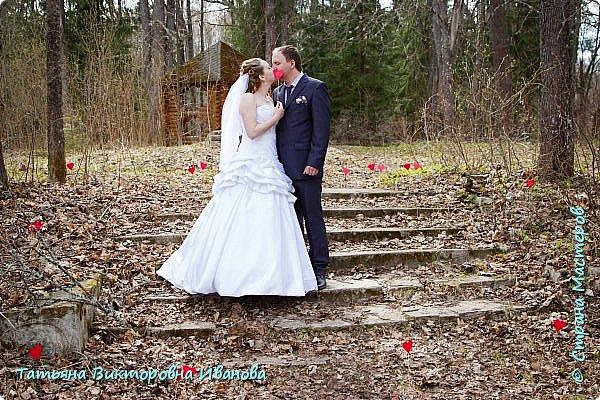 Здравствуйте, жители СТРАНЫ МАСТЕРОВ! В апреле месяце 2014 года моя старшая дочь вышла замуж. Как вы понимаете подготовка к  свадьбе очень хлопотное дело. Мне конечно пришлось потрудиться. Только в хлопотах и заботах забыла фоткать свои рукоделия. Тут просматривала свадебные фотографии и поняла, что не всё потеряно, фотограф оказался предусмотрительным. Правда не всё, но частью могу вам похвастаться. Подушечка для колец. Правда видна не вся.. фото 13