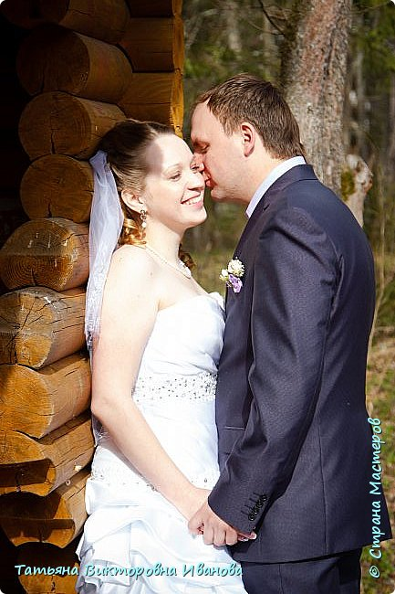 Здравствуйте, жители СТРАНЫ МАСТЕРОВ! В апреле месяце 2014 года моя старшая дочь вышла замуж. Как вы понимаете подготовка к  свадьбе очень хлопотное дело. Мне конечно пришлось потрудиться. Только в хлопотах и заботах забыла фоткать свои рукоделия. Тут просматривала свадебные фотографии и поняла, что не всё потеряно, фотограф оказался предусмотрительным. Правда не всё, но частью могу вам похвастаться. Подушечка для колец. Правда видна не вся.. фото 14