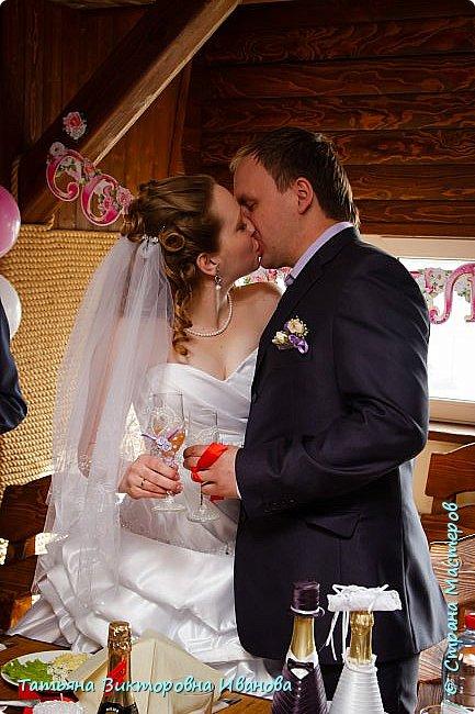 Здравствуйте, жители СТРАНЫ МАСТЕРОВ! В апреле месяце 2014 года моя старшая дочь вышла замуж. Как вы понимаете подготовка к  свадьбе очень хлопотное дело. Мне конечно пришлось потрудиться. Только в хлопотах и заботах забыла фоткать свои рукоделия. Тут просматривала свадебные фотографии и поняла, что не всё потеряно, фотограф оказался предусмотрительным. Правда не всё, но частью могу вам похвастаться. Подушечка для колец. Правда видна не вся.. фото 17