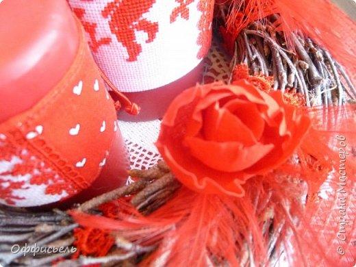 Всем доброго дня! Вот и наступил очередной праздник -День Св. Валентина. Кто то абсолютно равнодушен к нему, у кого то вызывает усмешку, а лично мне он  нравится. По-моему очень романтичный, милый день и как трогательно видеть на улицах молодых ( и не очень) людей, спешащих на свидание и трепетно несущих букетик цветов или сувенирное сердечко))   После того, как были убраны новогодние атрибуты, в доме стало как то пусто и я решила   приукрасить интерьер.  Я немного вышиваю крестом, немного шью и в последнее время нравится делать цветы из ткани. Вот и попробовала совместить свои увлечения.) фото 17