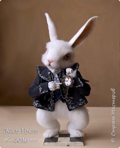 """Давненько я сюда не заходила, всё времени не хватало. Вот накопилось сразу несколько работ) Первая работа: Белый кролик из """"Алиса в стране чудес"""". Размер по макушку 26 см; с учетом ушей 35 см. На проволочном каркасе. Закреплен на подставке. фото 1"""