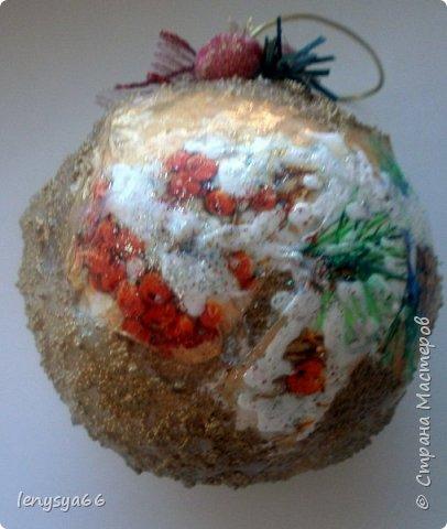 """Здравствуйте, дорогие соседи по Стране Мастеров! Показываю вам новогодние шарики, которые делала к Новому Году, но по разным причинам не удалось показать вовремя. 4 шарика из чего-то похожего на пенопласт, 3- пластмассовые. Для украшения использовала: текстурную пасту с шариками, декупажные карты, салфетки, распечатки, акриловые краски, лак, контуры, ленты, кружево, всякие """"украшалки"""", которые нашлись в """"загашнике""""    фото 6"""