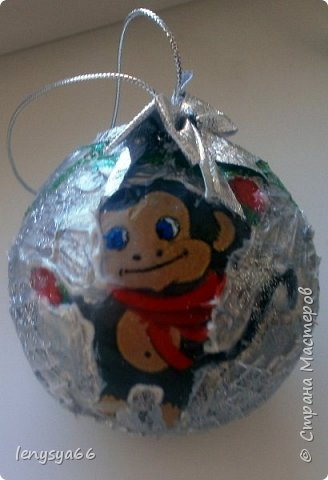 """Здравствуйте, дорогие соседи по Стране Мастеров! Показываю вам новогодние шарики, которые делала к Новому Году, но по разным причинам не удалось показать вовремя. 4 шарика из чего-то похожего на пенопласт, 3- пластмассовые. Для украшения использовала: текстурную пасту с шариками, декупажные карты, салфетки, распечатки, акриловые краски, лак, контуры, ленты, кружево, всякие """"украшалки"""", которые нашлись в """"загашнике""""    фото 9"""
