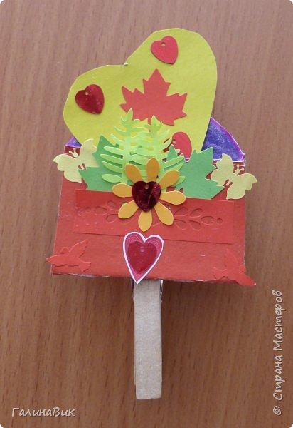 На уроке кружка ребята делали открытки и поделки к празднику святого Валентина. Мои образцы здесь http://stranamasterov.ru/node/1001208 и здесь:-)  http://stranamasterov.ru/node/1002295  А теперь предлагаю посмотреть несколько открыток, сделанных ребятами.  Эта работа мальчика. Изобразил очень милое семейство медведей. фото 18