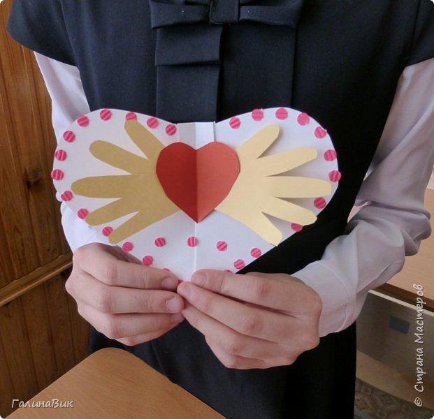 На уроке кружка ребята делали открытки и поделки к празднику святого Валентина. Мои образцы здесь http://stranamasterov.ru/node/1001208 и здесь:-)  http://stranamasterov.ru/node/1002295  А теперь предлагаю посмотреть несколько открыток, сделанных ребятами.  Эта работа мальчика. Изобразил очень милое семейство медведей. фото 11
