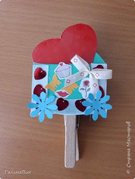На уроке кружка ребята делали открытки и поделки к празднику святого Валентина. Мои образцы здесь http://stranamasterov.ru/node/1001208 и здесь:-)  http://stranamasterov.ru/node/1002295  А теперь предлагаю посмотреть несколько открыток, сделанных ребятами.  Эта работа мальчика. Изобразил очень милое семейство медведей. фото 20