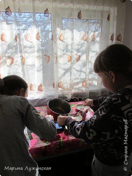 А у нас сегодня сладкий день!!! Решили сегодня побаловаться домашними конфетками-леденцами... С утра объявила сыну и дочке, что разрешаю им  самостоятельно сделать  леденцы!!!! Вот радости то было.... Они тут же помчались за своими друзьями... фото 8