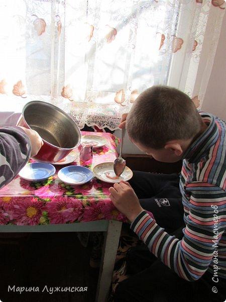 А у нас сегодня сладкий день!!! Решили сегодня побаловаться домашними конфетками-леденцами... С утра объявила сыну и дочке, что разрешаю им  самостоятельно сделать  леденцы!!!! Вот радости то было.... Они тут же помчались за своими друзьями... фото 9