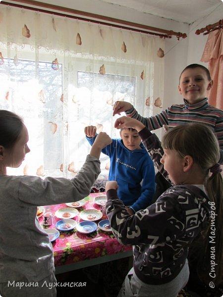 А у нас сегодня сладкий день!!! Решили сегодня побаловаться домашними конфетками-леденцами... С утра объявила сыну и дочке, что разрешаю им  самостоятельно сделать  леденцы!!!! Вот радости то было.... Они тут же помчались за своими друзьями... фото 11