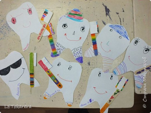 """На прошлой неделе в детском саду проходила здоровьесберегающая акция """"Здоровые зубы"""". И мы с ребятами на рисовании тоже решили обратить   внимание на эту тему.  Дошкольникам понравилось рисовать весёлые и здоровые зубы. а ещё мы мастерили зубную щётку для каждого зуба. Мы её делали из деревянных одноразовых шпателей.( У них закончился срок годности, и  наш мед. работник подарила их нам)              фото 4"""