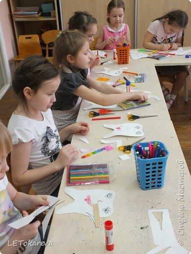 """На прошлой неделе в детском саду проходила здоровьесберегающая акция """"Здоровые зубы"""". И мы с ребятами на рисовании тоже решили обратить   внимание на эту тему.  Дошкольникам понравилось рисовать весёлые и здоровые зубы. а ещё мы мастерили зубную щётку для каждого зуба. Мы её делали из деревянных одноразовых шпателей.( У них закончился срок годности, и  наш мед. работник подарила их нам)              фото 3"""