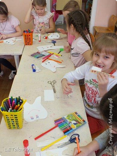 """На прошлой неделе в детском саду проходила здоровьесберегающая акция """"Здоровые зубы"""". И мы с ребятами на рисовании тоже решили обратить   внимание на эту тему.  Дошкольникам понравилось рисовать весёлые и здоровые зубы. а ещё мы мастерили зубную щётку для каждого зуба. Мы её делали из деревянных одноразовых шпателей.( У них закончился срок годности, и  наш мед. работник подарила их нам)              фото 2"""