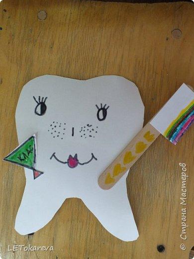 """На прошлой неделе в детском саду проходила здоровьесберегающая акция """"Здоровые зубы"""". И мы с ребятами на рисовании тоже решили обратить   внимание на эту тему.  Дошкольникам понравилось рисовать весёлые и здоровые зубы. а ещё мы мастерили зубную щётку для каждого зуба. Мы её делали из деревянных одноразовых шпателей.( У них закончился срок годности, и  наш мед. работник подарила их нам)              фото 1"""