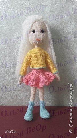 Куколка высотой 25см. Схему нашла на просторах интернета, немного изменила. Долго одевалась куколка, на ней училась вязать более сложную одежду. Кофточкая-первая связанная мной ) фото 1
