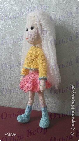 Куколка высотой 25см. Схему нашла на просторах интернета, немного изменила. Долго одевалась куколка, на ней училась вязать более сложную одежду. Кофточкая-первая связанная мной ) фото 2