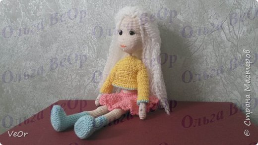 Куколка высотой 25см. Схему нашла на просторах интернета, немного изменила. Долго одевалась куколка, на ней училась вязать более сложную одежду. Кофточкая-первая связанная мной ) фото 3