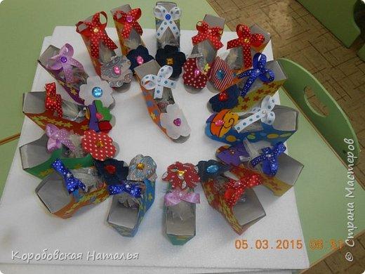 Для того чтобы сделать такую туфельку нам понадобился шаблон туфельки, картон, цветная бумага, ленточки, ткань, бусины, клей. фото 1