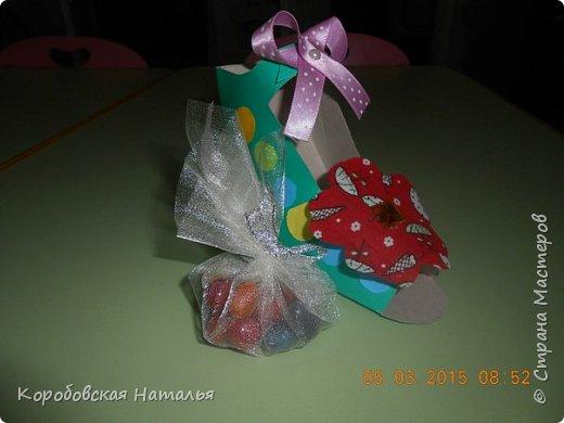 Для того чтобы сделать такую туфельку нам понадобился шаблон туфельки, картон, цветная бумага, ленточки, ткань, бусины, клей. фото 3