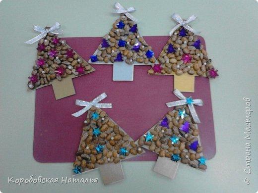 Чтобы порадовать родителей подарочком на Новый год мы с детишками сделали вот такие магниты на холодильник. В основе елочки -  цветной картон, на него на клей ПВА приклеивается фасоль и украшается пайетками, бусинами и ленточками.С обратной стороны приклеиваем магнит. Подарок готов.