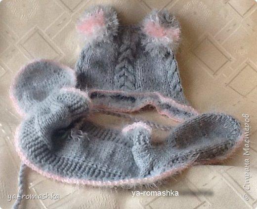 Доброго времени суток, дорогие жители страны! Этот нежно серый теплый комплект - кофточку, шапочку, шарф, носочки и варежки я связала для своей маленькой внучки.  Варежки на шнуре с помпонами  и носочки вязала на двух спицах. Мне очень нравится вязать для нашей малышки. фото 7