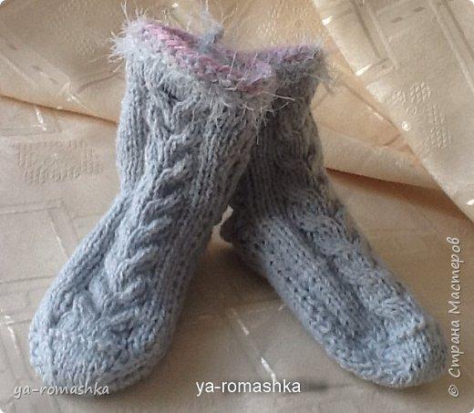 Доброго времени суток, дорогие жители страны! Этот нежно серый теплый комплект - кофточку, шапочку, шарф, носочки и варежки я связала для своей маленькой внучки.  Варежки на шнуре с помпонами  и носочки вязала на двух спицах. Мне очень нравится вязать для нашей малышки. фото 8