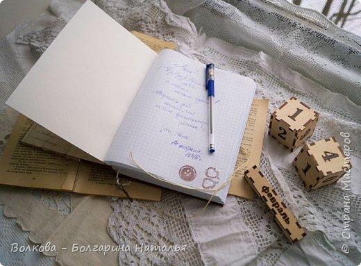 """Всем привет! Недавно зависла в блоге Нади Smillы и так прям вдохновилась её работами (особенно блокнотами/котами - не знаю теперь уже чем/кем больше:)) Короче говоря, захотелось что-то эдакое сотворить. Не то, чтобы решила безбожно лифтить, но определённо уловить атмосферу и пустить её в дело точно захотелось. В итоге """"родился"""" блокнот в подарок маме на день варенья 14 февраля. Распотрошила 2 большие тетради А4 в клетку, в итоге пухлый блокнот вышел. В ход пошла сантиметровая лента 9 коп. стоила - обалдеть, карточки из коллекции бумаги """"Очарование"""" Вики Fleer - прямо всё в тему, ибо мамка моя спец по шитью одежды и потому швейная тема - это её тема:)))  фото 13"""