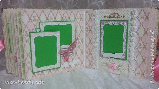 Привет!!! У меня сегодня альбом для моей маленькой принцессы, для фотографии с 2-х лет и сколько поместятся... Мягкая тканевая обложка, обтянутая американским хлопком. Размер альбома: 26*26, корешок 13,5см. Переплет - Светланы Ковтун. Состоит из 12 листов (11 разворотов). Использовала бумагу DCWV - Preppy Princess Stack. Шикарная  бумага. Давно у меня лежит, ждала своего часа... Из украшений - ленты, кружевные розочки, чипборд, стразы, много вырубки... Так же использовала горячий эмбросинг. На каждой развороте раскладушки для фотографий а также открывающиеся странички. Альбом вмещает 190 фото. Обязательный атрибут - коробка для хранения. Фото будет много... фото 60