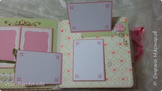 Привет!!! У меня сегодня альбом для моей маленькой принцессы, для фотографии с 2-х лет и сколько поместятся... Мягкая тканевая обложка, обтянутая американским хлопком. Размер альбома: 26*26, корешок 13,5см. Переплет - Светланы Ковтун. Состоит из 12 листов (11 разворотов). Использовала бумагу DCWV - Preppy Princess Stack. Шикарная  бумага. Давно у меня лежит, ждала своего часа... Из украшений - ленты, кружевные розочки, чипборд, стразы, много вырубки... Так же использовала горячий эмбросинг. На каждой развороте раскладушки для фотографий а также открывающиеся странички. Альбом вмещает 190 фото. Обязательный атрибут - коробка для хранения. Фото будет много... фото 26