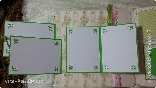 Привет!!! У меня сегодня альбом для моей маленькой принцессы, для фотографии с 2-х лет и сколько поместятся... Мягкая тканевая обложка, обтянутая американским хлопком. Размер альбома: 26*26, корешок 13,5см. Переплет - Светланы Ковтун. Состоит из 12 листов (11 разворотов). Использовала бумагу DCWV - Preppy Princess Stack. Шикарная  бумага. Давно у меня лежит, ждала своего часа... Из украшений - ленты, кружевные розочки, чипборд, стразы, много вырубки... Так же использовала горячий эмбросинг. На каждой развороте раскладушки для фотографий а также открывающиеся странички. Альбом вмещает 190 фото. Обязательный атрибут - коробка для хранения. Фото будет много... фото 31