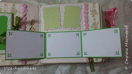 Привет!!! У меня сегодня альбом для моей маленькой принцессы, для фотографии с 2-х лет и сколько поместятся... Мягкая тканевая обложка, обтянутая американским хлопком. Размер альбома: 26*26, корешок 13,5см. Переплет - Светланы Ковтун. Состоит из 12 листов (11 разворотов). Использовала бумагу DCWV - Preppy Princess Stack. Шикарная  бумага. Давно у меня лежит, ждала своего часа... Из украшений - ленты, кружевные розочки, чипборд, стразы, много вырубки... Так же использовала горячий эмбросинг. На каждой развороте раскладушки для фотографий а также открывающиеся странички. Альбом вмещает 190 фото. Обязательный атрибут - коробка для хранения. Фото будет много... фото 33