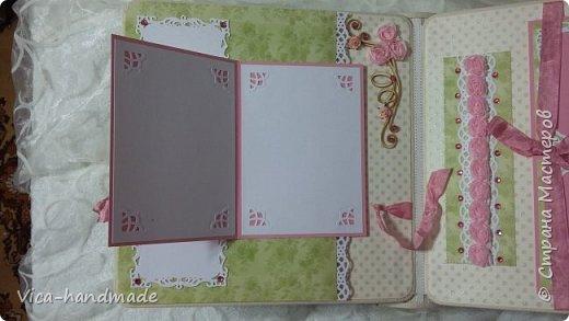 Привет!!! У меня сегодня альбом для моей маленькой принцессы, для фотографии с 2-х лет и сколько поместятся... Мягкая тканевая обложка, обтянутая американским хлопком. Размер альбома: 26*26, корешок 13,5см. Переплет - Светланы Ковтун. Состоит из 12 листов (11 разворотов). Использовала бумагу DCWV - Preppy Princess Stack. Шикарная  бумага. Давно у меня лежит, ждала своего часа... Из украшений - ленты, кружевные розочки, чипборд, стразы, много вырубки... Так же использовала горячий эмбросинг. На каждой развороте раскладушки для фотографий а также открывающиеся странички. Альбом вмещает 190 фото. Обязательный атрибут - коробка для хранения. Фото будет много... фото 36