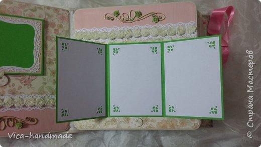 Привет!!! У меня сегодня альбом для моей маленькой принцессы, для фотографии с 2-х лет и сколько поместятся... Мягкая тканевая обложка, обтянутая американским хлопком. Размер альбома: 26*26, корешок 13,5см. Переплет - Светланы Ковтун. Состоит из 12 листов (11 разворотов). Использовала бумагу DCWV - Preppy Princess Stack. Шикарная  бумага. Давно у меня лежит, ждала своего часа... Из украшений - ленты, кружевные розочки, чипборд, стразы, много вырубки... Так же использовала горячий эмбросинг. На каждой развороте раскладушки для фотографий а также открывающиеся странички. Альбом вмещает 190 фото. Обязательный атрибут - коробка для хранения. Фото будет много... фото 47