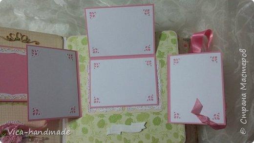 Привет!!! У меня сегодня альбом для моей маленькой принцессы, для фотографии с 2-х лет и сколько поместятся... Мягкая тканевая обложка, обтянутая американским хлопком. Размер альбома: 26*26, корешок 13,5см. Переплет - Светланы Ковтун. Состоит из 12 листов (11 разворотов). Использовала бумагу DCWV - Preppy Princess Stack. Шикарная  бумага. Давно у меня лежит, ждала своего часа... Из украшений - ленты, кружевные розочки, чипборд, стразы, много вырубки... Так же использовала горячий эмбросинг. На каждой развороте раскладушки для фотографий а также открывающиеся странички. Альбом вмещает 190 фото. Обязательный атрибут - коробка для хранения. Фото будет много... фото 57