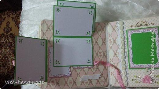 Привет!!! У меня сегодня альбом для моей маленькой принцессы, для фотографии с 2-х лет и сколько поместятся... Мягкая тканевая обложка, обтянутая американским хлопком. Размер альбома: 26*26, корешок 13,5см. Переплет - Светланы Ковтун. Состоит из 12 листов (11 разворотов). Использовала бумагу DCWV - Preppy Princess Stack. Шикарная  бумага. Давно у меня лежит, ждала своего часа... Из украшений - ленты, кружевные розочки, чипборд, стразы, много вырубки... Так же использовала горячий эмбросинг. На каждой развороте раскладушки для фотографий а также открывающиеся странички. Альбом вмещает 190 фото. Обязательный атрибут - коробка для хранения. Фото будет много... фото 62