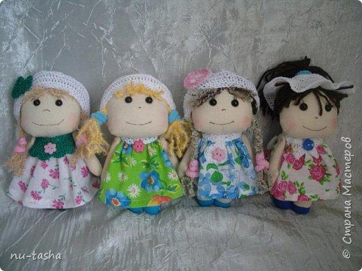 Еще одна компания маленьких куколок в цветочных платьях. Рост 18 см, ручки на нитяном креплении. Береты, штанишки и воротнички связаны крючком. Волосы из пряжи. Туфельки нарисованы акрилом. фото 1