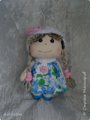 Еще одна компания маленьких куколок в цветочных платьях. Рост 18 см, ручки на нитяном креплении. Береты, штанишки и воротнички связаны крючком. Волосы из пряжи. Туфельки нарисованы акрилом. фото 2