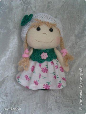 Еще одна компания маленьких куколок в цветочных платьях. Рост 18 см, ручки на нитяном креплении. Береты, штанишки и воротнички связаны крючком. Волосы из пряжи. Туфельки нарисованы акрилом. фото 3