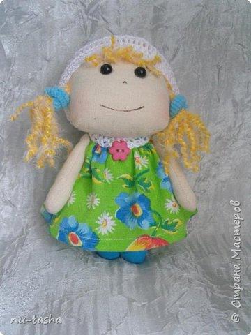 Еще одна компания маленьких куколок в цветочных платьях. Рост 18 см, ручки на нитяном креплении. Береты, штанишки и воротнички связаны крючком. Волосы из пряжи. Туфельки нарисованы акрилом. фото 4