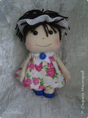Еще одна компания маленьких куколок в цветочных платьях. Рост 18 см, ручки на нитяном креплении. Береты, штанишки и воротнички связаны крючком. Волосы из пряжи. Туфельки нарисованы акрилом. фото 5
