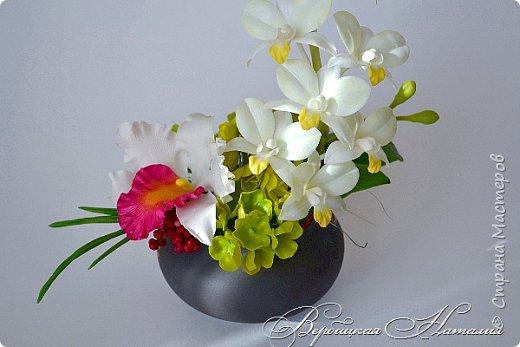 """Доброго времени суток жители Страны ! Представляю свою последнюю работу .Лепила несколько видов орхидей для одной замечательной девушки , а из остатков и пробничков сложилась такая вот композиция с белой катлеей и мятным дендробиумом ,хотя легкий мятный цвет лепестков фотоаппарат """"съедает"""" и не хочет передать  фото 2"""