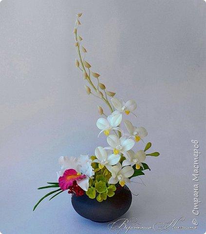 """Доброго времени суток жители Страны ! Представляю свою последнюю работу .Лепила несколько видов орхидей для одной замечательной девушки , а из остатков и пробничков сложилась такая вот композиция с белой катлеей и мятным дендробиумом ,хотя легкий мятный цвет лепестков фотоаппарат """"съедает"""" и не хочет передать  фото 1"""