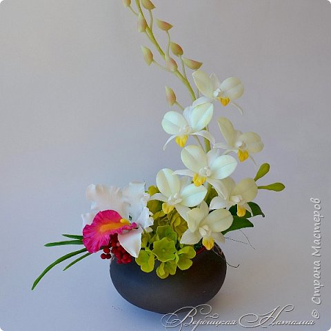 """Доброго времени суток жители Страны ! Представляю свою последнюю работу .Лепила несколько видов орхидей для одной замечательной девушки , а из остатков и пробничков сложилась такая вот композиция с белой катлеей и мятным дендробиумом ,хотя легкий мятный цвет лепестков фотоаппарат """"съедает"""" и не хочет передать  фото 3"""