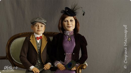 Вот такую интересную работу нам заказали.  Портретнаые куклы 2 членов семьи.  Дети и мама.  Работа заняла полных 2 месяца. До этого я еще ни разу не делала одновременно 2 куклы.  Т.к. это занятие очень энергозатратное, приходилось распределять время и нагрузки.  Куклы ростом от 55-65 см.  Вес композиции в коробке 20 кг. Ливингдолл, шерсть, ткани.  Кропотливая техника вживления волос ( в конце поста есть технические фотографии, иллюстрирующие процесс вживления)  Паркет на подставке выполнен из шпона мореного эвкалипта, диван - копия гарнитура 18 в. Ручная работа АРМАТИ.  2016  Будем рады услышать ваше мнение по поводу этой работы ))  фото 10
