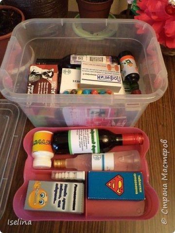 На днях у моей сестры состоялся День Рождения. По профессии она врач. И как ни странно, им же и работает. Что подарить - голову ломать начала за месяц, но ничего дельного в нее не приходило. На просторах интернета нашла идею - мед. упаковки со сладкими начинками. И решила смастерить аптечку из таких лекарств! Несколько дней работы в фотошопе, распечатка на плотной бумаге, склейка, наполнение и вуаля! фото 6