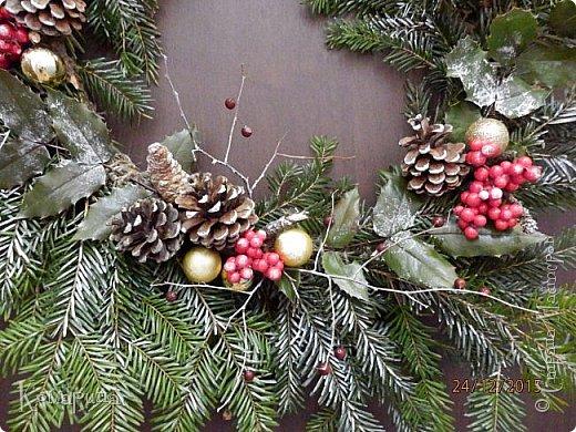 Мои первые рождественские венки. Увидела в магазине подобное и решила сотворить себе и соседям.  фото 5